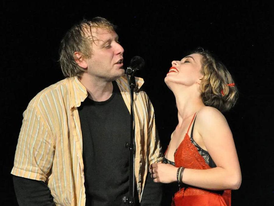 """Lass Wagner als Kurt Cobain und Finja Sannowitz als Courtney Love in dem Theaterstück """"Better Listen"""""""